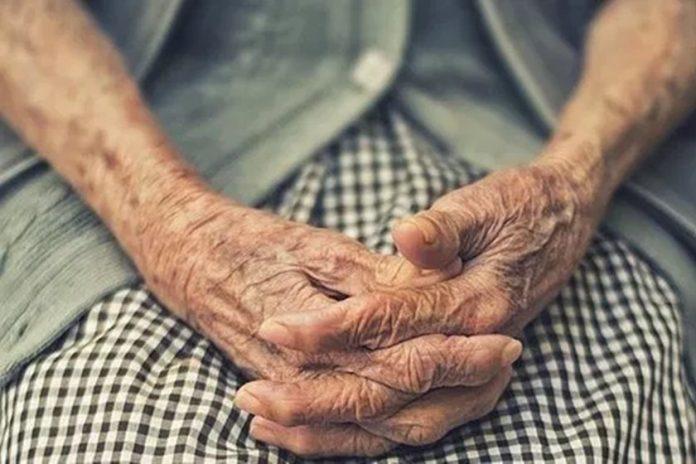 #Pracegover foto: na imagem há as mãos de uma idosa