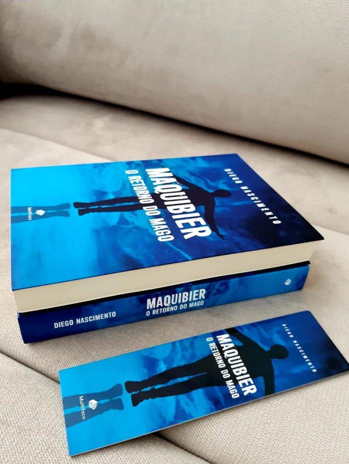 #Pracegover foto: na imagem há dois livros com capa azuis, um marcador de texto e um sofá
