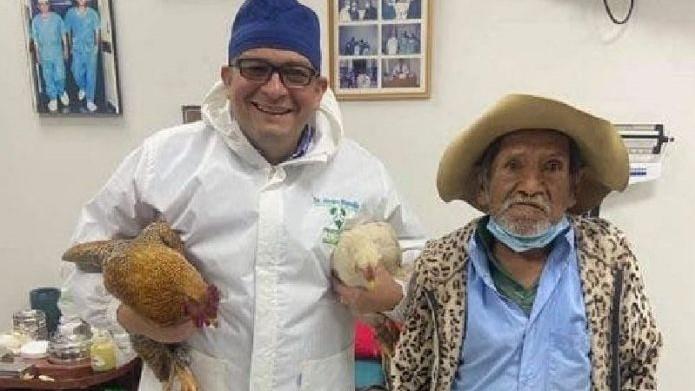 Homem dá 2 galinhas de presente a médico que o operou da próstata