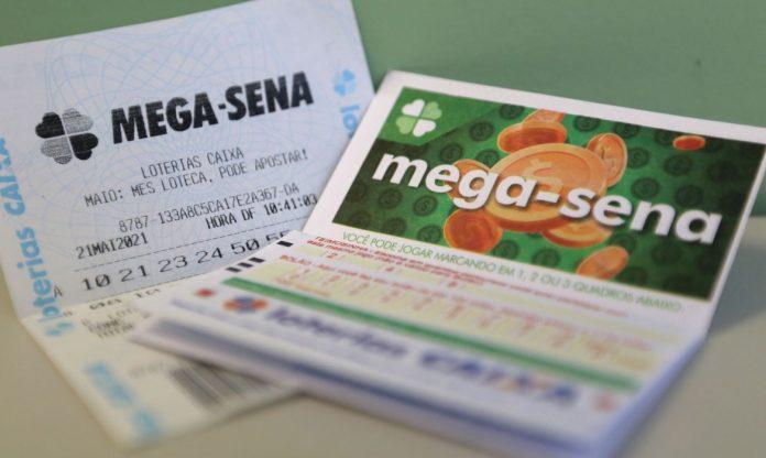#Pracegover foto: na imagem há cartões da Mega-Sena