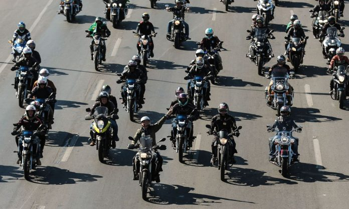#Pracegover foto: na imagem há inúmeras motos e motociclistas