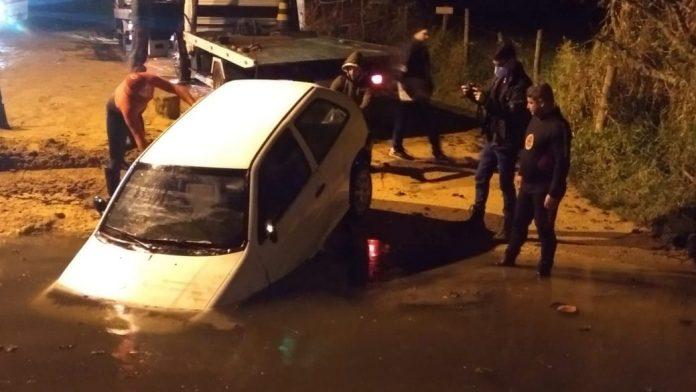 Motorista morre após carro cair no rio Sambaqui, em Imbituba