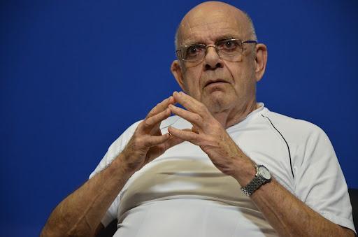 #Pracegover foto: na imagem há um homem de óculos , relógio e camiseta branca
