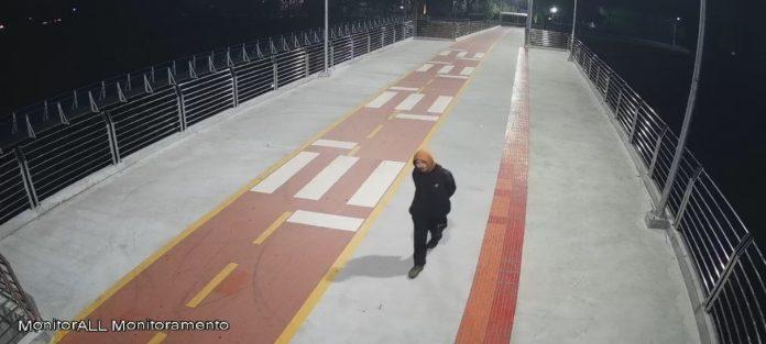 #Pracegover Foto: na imagem há a passarela e uma pessoa caminhando