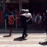 #Pracegover Na foto, policial segurando um idoso no colo