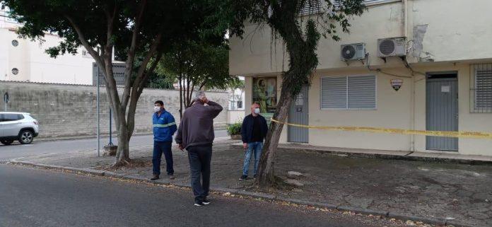 Prefeitura de Tubarão remove árvores que atrapalham acessibilidade em calçadas