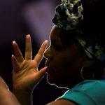 #Pracegover Na foto, mulher fazendo gestos com as mãos