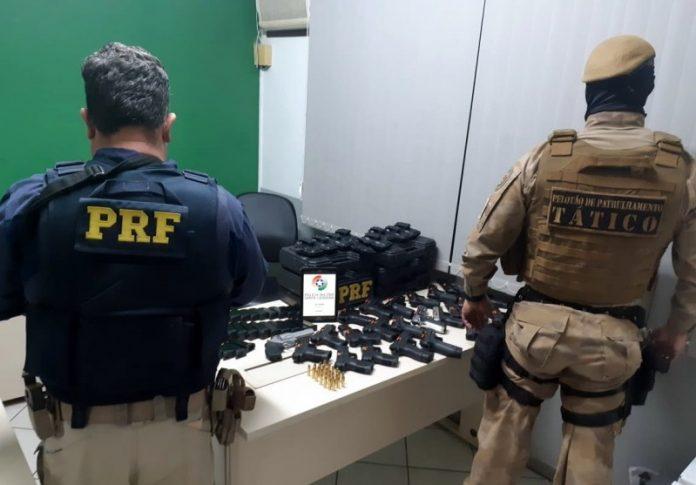 #Pracegover foto: na imagem há policiais, armas, mesa e cadeira
