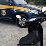 #Pracegover Na foto, uma moto e uma viatura da PRF
