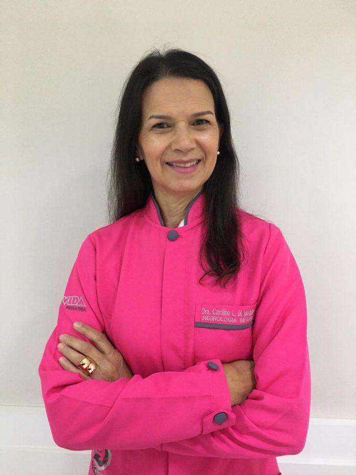#Pracegover foto: na imagem há uma mulher de roupa rosa