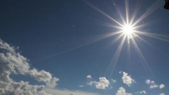 #Pracegover Na foto, céu com poucas nuvens e sol