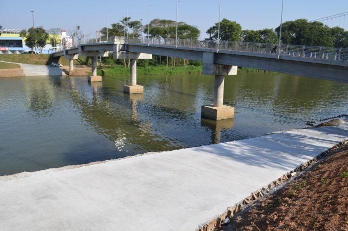 #Pracegover foto: na imagem há uma rampa, rio e uma ponte