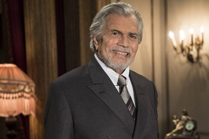 #Pracegover foto: na imagem há um homem de terno e sorrindo