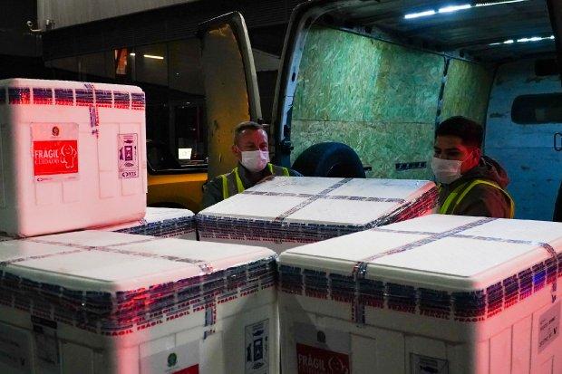 #Pracegover foto: na imagem há caixas e dois homens