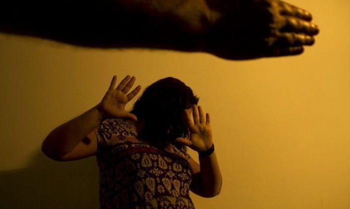 #Pracegover foto: na imagem há uma mulher sendo vítima de violência doméstica
