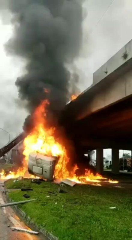 #Pracegover foto: na imagem há uma ponte e fogo