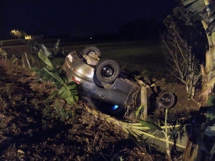#Pracegover foto: na imagem há um veículo capotado