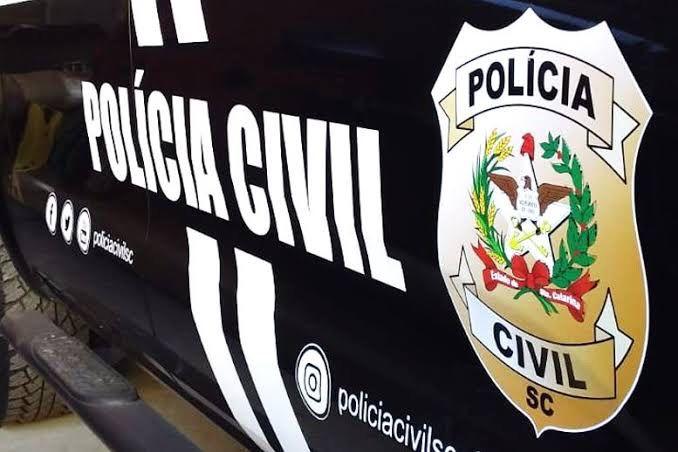 #Pracegover foto: na imagem há o veículo da Polícia Civil