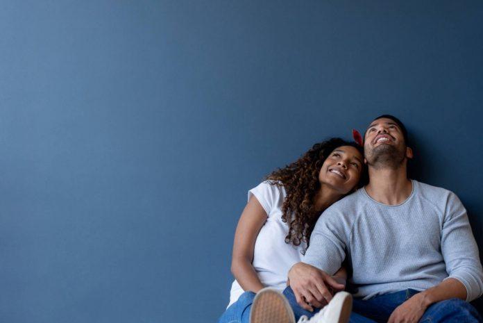 #Pracegover foto: na imagem há um homem e uma mulher