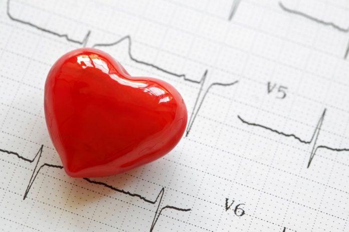 #Pracegover foto: na imagem há um coração e uma folha de exame