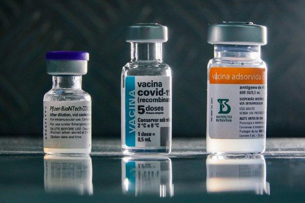 #Pracegover foto: na imagem há três frascos de vacina