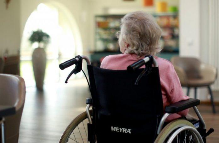 #Pracegover foto: na imagem há uma idosa na cadeira de rodas