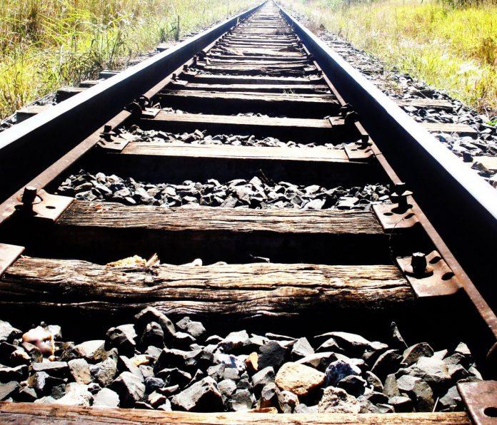 #Pracegover foto: na imagem há uma linha férrea