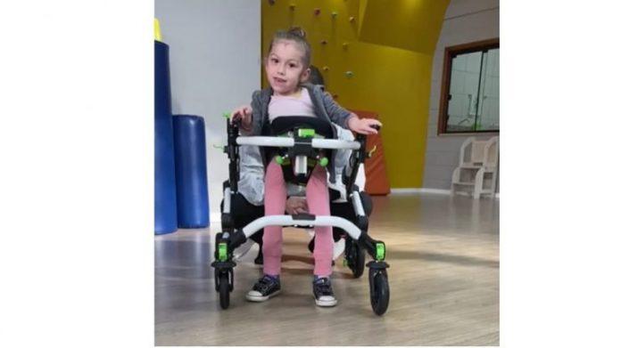 #Pracegover foto: na imagem há uma criança e um andador