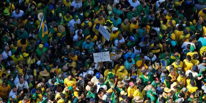 #Pracegover foto: na imagem há centenas de pessoas