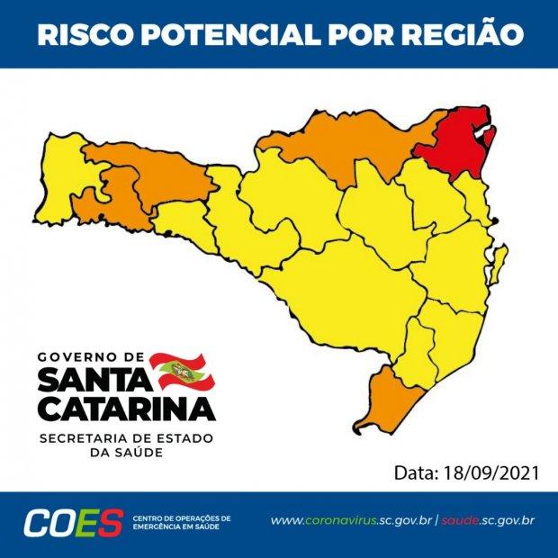 #Pracegover foto: na imagem há o mapa de SC nas cores amarela, laranja e vermelho