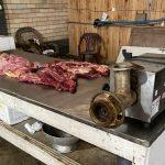 #Pracegover foto: na imagem há carne animal e maquinários