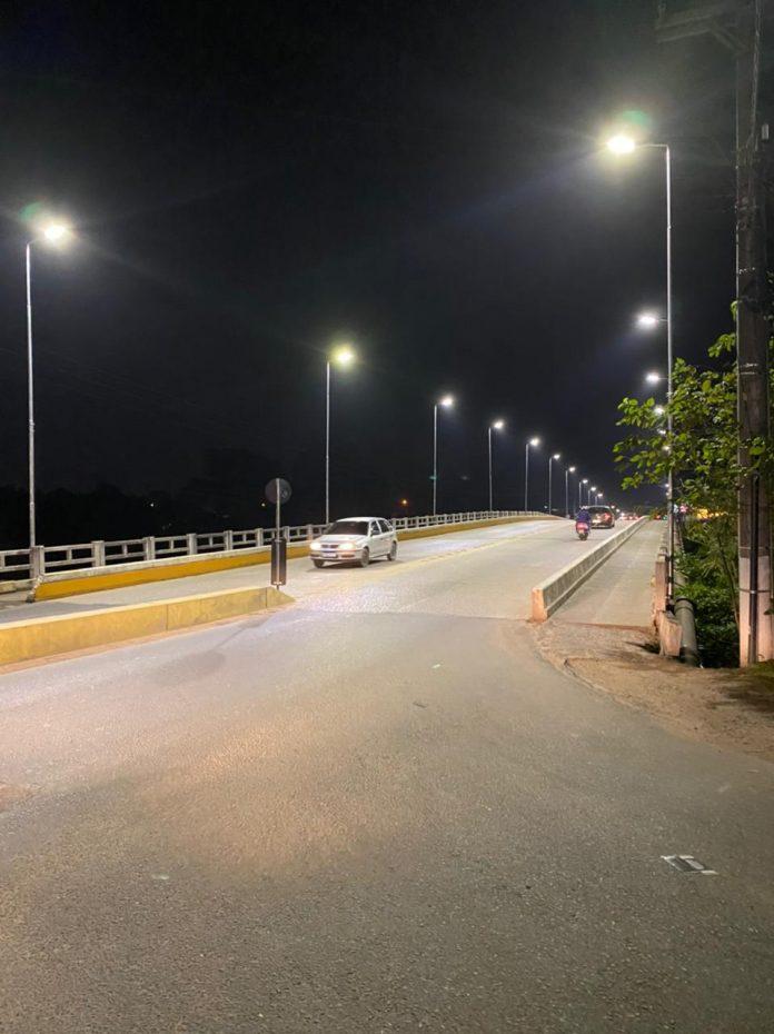 #Pracegover foto: na imagem há uma ponte, carros e postes de iluminação
