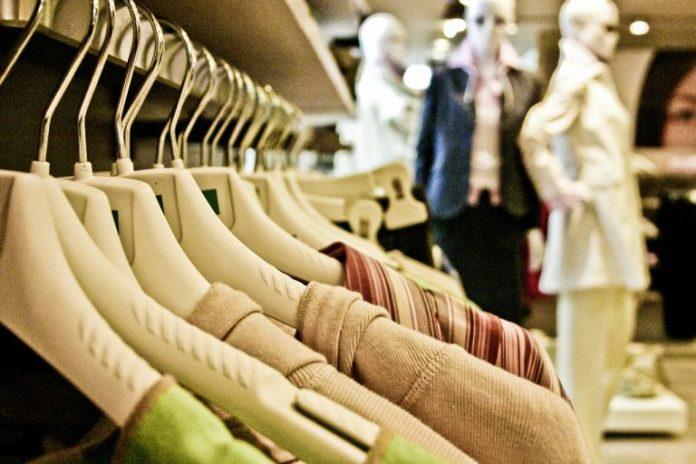 #Pracegover Foto: Na imagem há roupas em cabides e também há manequins com roupas