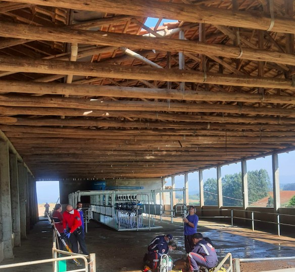 #Pracegover foto: na imagem há telhado e pessoas