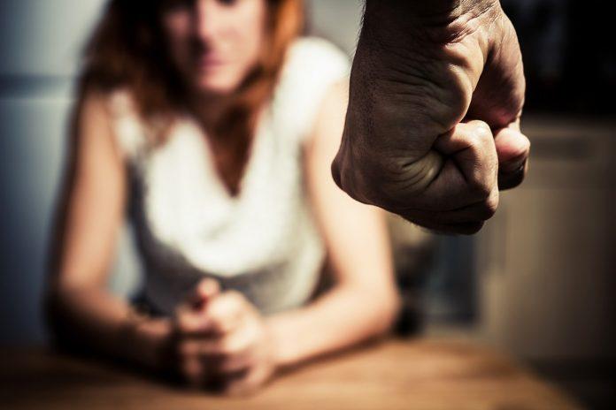 #Pracegover foto: na imagem há um braço e mão de um homem e uma mulher
