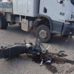 #Pracegover foto: na imagem há uma moto e um caminhão