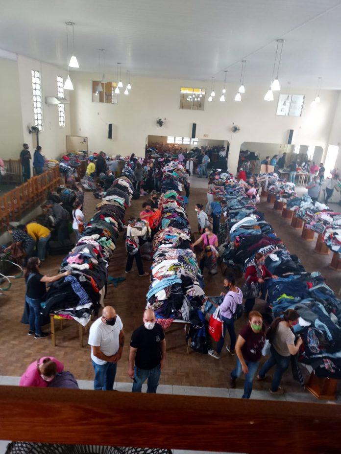#Pracegover foto: na imagem há pessoas, roupas e acessórios