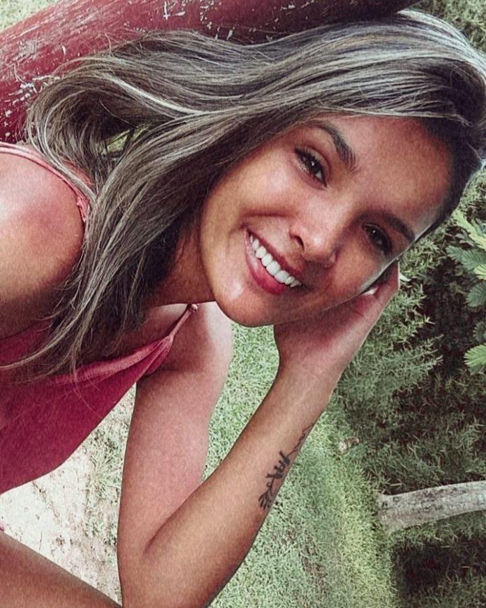 #Pracegover foto: na imagem há uma jovem sorrindo