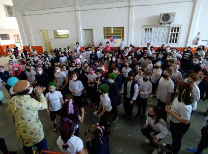 #Pracegover foto: na imagem há diversas pessoas