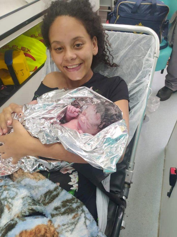 #Pracegover foto: na imagem há uma jovem e uma criança