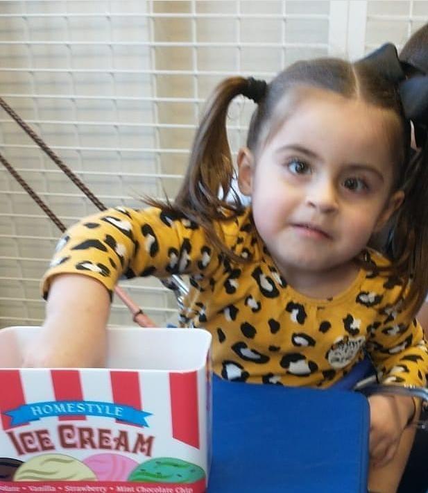 #Pracegover foto: na imagem há uma menina e um pacote de pipoca