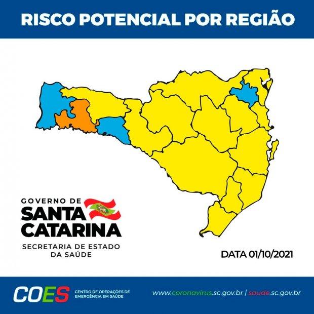#Pracegover foto: na imagem há o mapa de SC nas cores amarela, azul e laranja