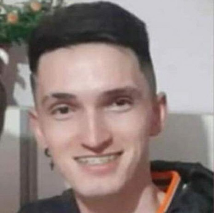 #Pracegover foto: na imagem há um jovem sorrindo