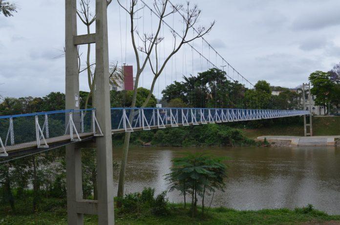 #Pracegover foto: na imagem há uma ponte, árvores e o rio