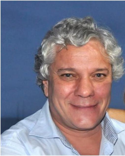 #Pracegover foto: na imagem há um homem de cabelo grisalho