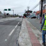 #Pracegover foto: na imagem há pessoas, vias, veículos e placas