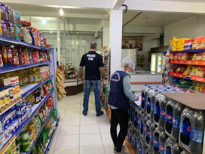 #Pracegover foto: na imagem há pessoas e produtos de alimentação